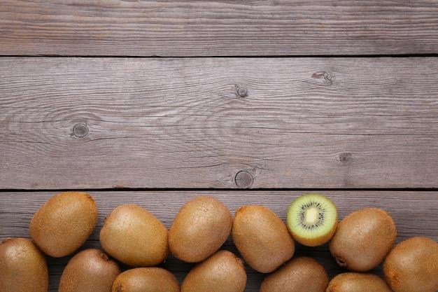 灰色の木製の背景に新鮮なキウイフルーツ