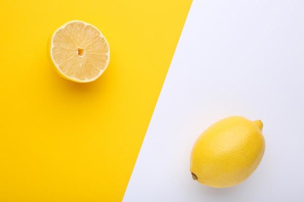 カラフルな背景に新鮮なレモン。トロピカルフルーツ。