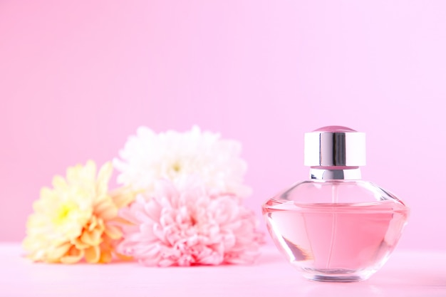 花と香水のボトル