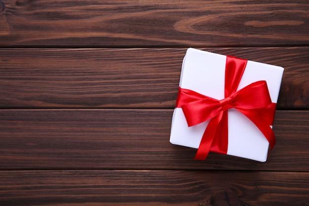 茶色の背景にギフトプレゼントボックス。