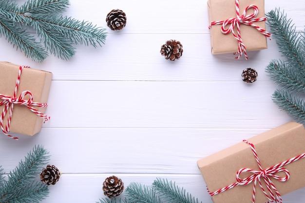 クリスマスプレゼントは、白い背景の上の装飾を提示します。