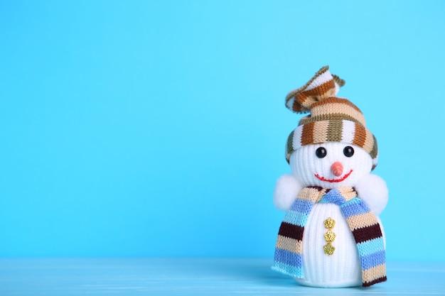 青色の背景に小さな雪だるまグッズ