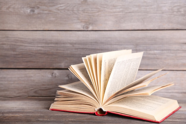 Открытая книга на сером деревянном столе