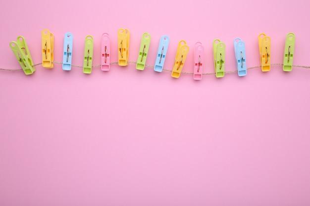 ピンクのロープにカラフルな服ピン