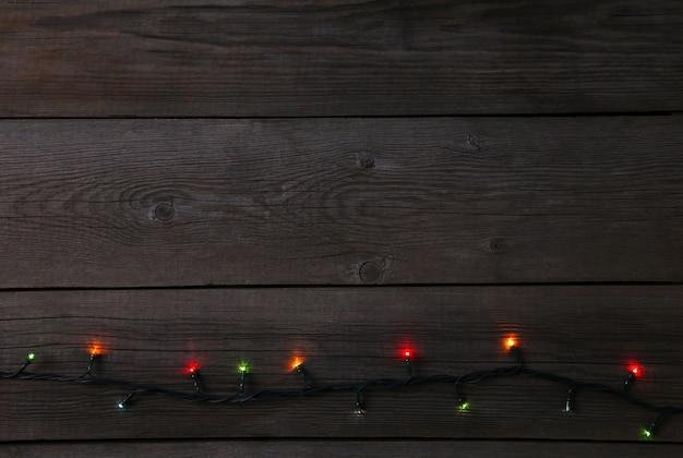 灰色の背景、コピースペースにクリスマスガーランドライト