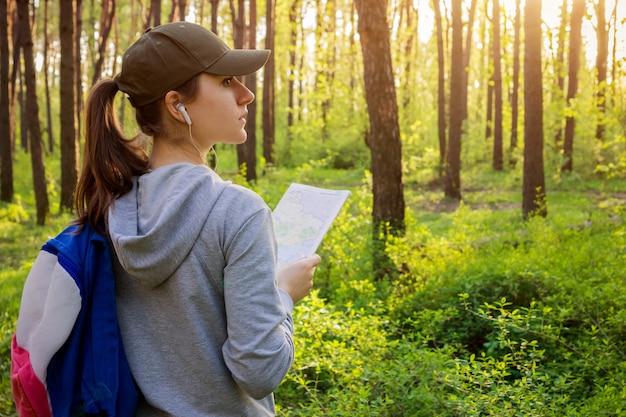 Турист ищет правильный путь, используя карту