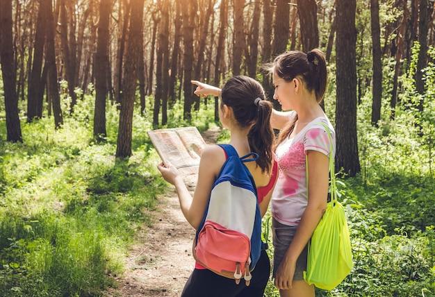 Туристы ищут правильный путь, используя карту