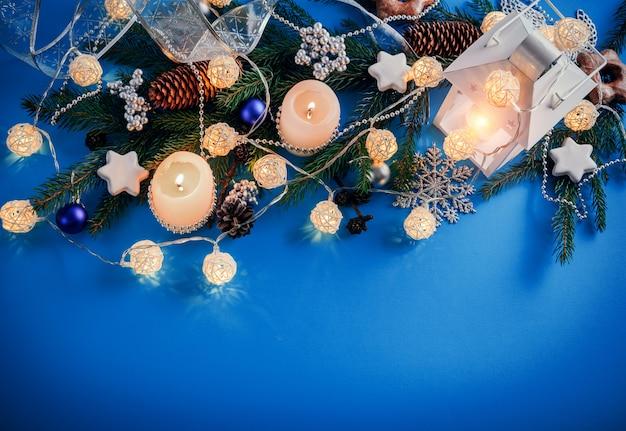 青色の背景のクリスマスの装飾