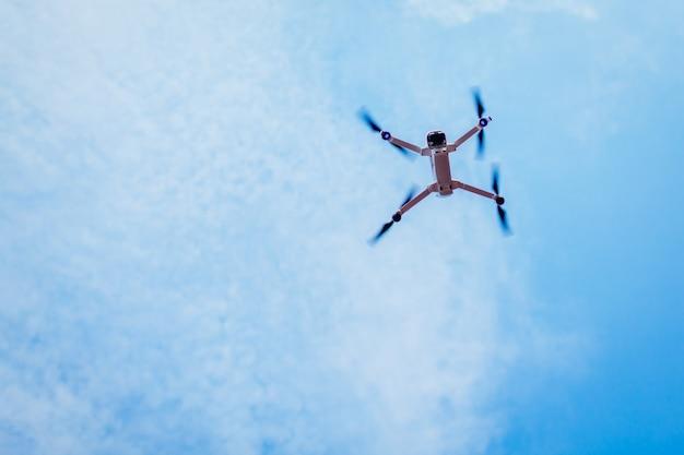 Беспилотный полет в небе. вертолет низкий угол обзора.