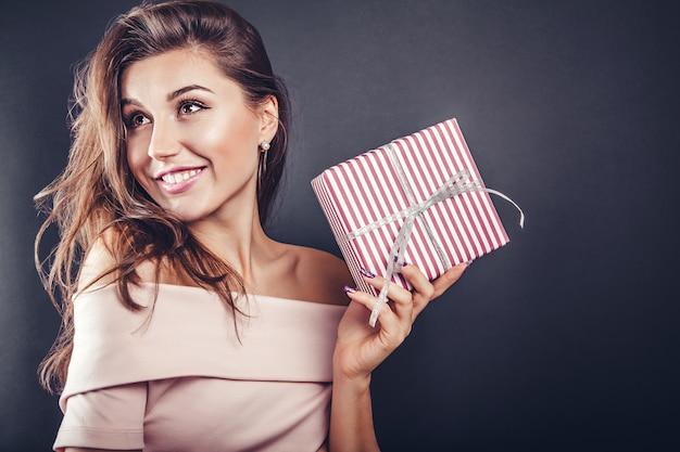 男はバレンタインの日に彼のガールフレンドにギフトボックスを与えます。