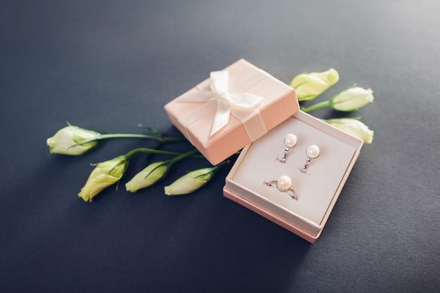 Набор украшений из жемчуга в подарочной коробке с цветами