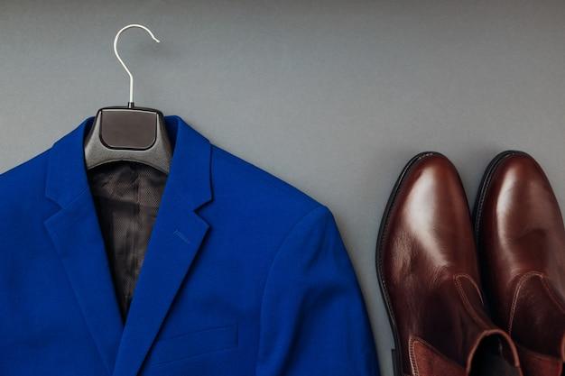 男性用の服とチェルシーレザーブーツ