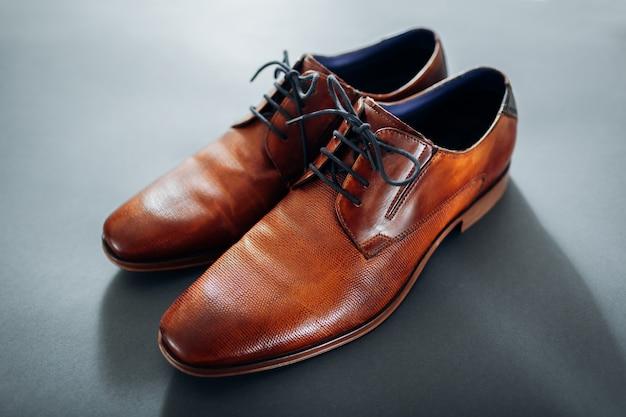 ビジネスマンのアクセサリー。茶色の革の靴、ベルト、香水。男性のファッション。実業家