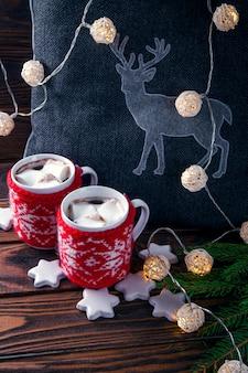 クリスマスの飾りにマシュマロとビスケットを添えたホットチョコレート
