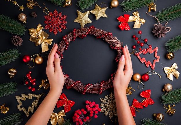 クリスマスリースを作る。クリスマスと新年の背景