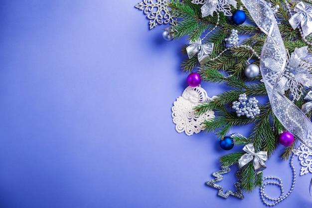 Синий фон рождество и новый год с украшенные елки и игрушки. космос