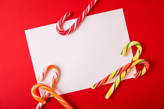 コピースペースと赤のクリスマスの伝統的なお菓子。カラフルなキャンディー。フラット横たわっていた、トップビュー。