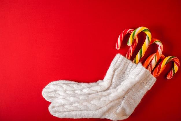 コピースペースと赤のクリスマスの伝統的なお菓子。