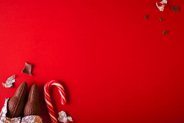 キャンディケインと赤いチョコレートサンタクロースのクリスマスの伝統的なお菓子。