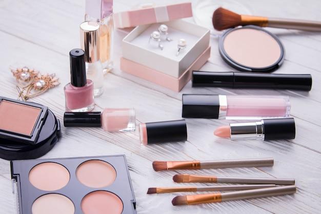 Набор косметики и украшений с кисточками для макияжа