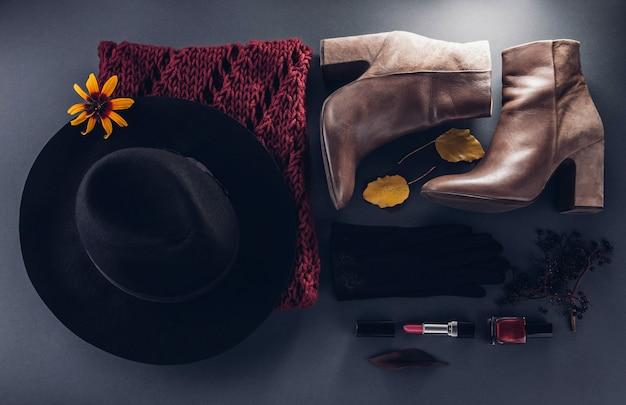 秋の女性服。服、靴、アクセサリーのセット