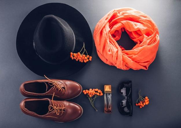 秋の女性服。服、靴、アクセサリーのセット。コピー