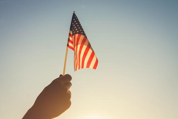 アメリカの国旗を持って男。アメリカ独立記念日を祝う