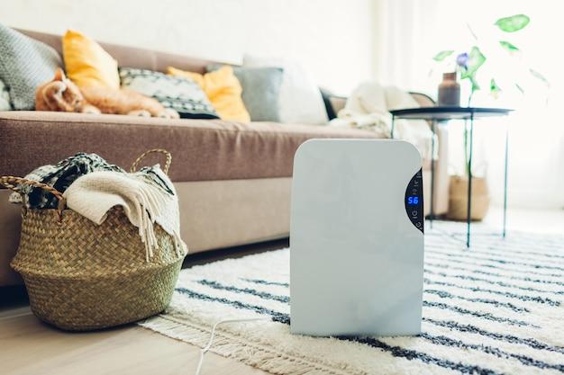 タッチパネル付き除湿機、湿度インジケーター、紫外線ランプ、空気イオナイザー、水容器は自宅で動作します。エアドライヤー