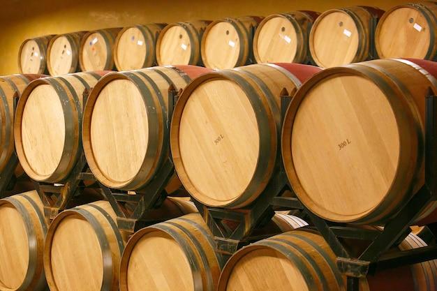 セラーのワインの樽。スペイン、ヨーロッパ。