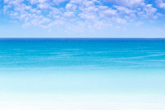 海の水面。夏休みと旅行のコピースペース。