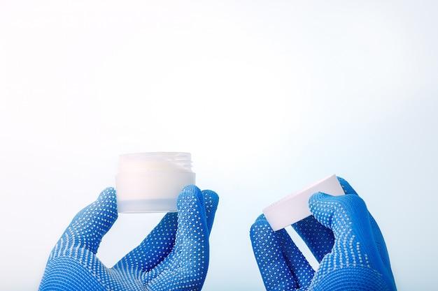 医学、薬学、美容のコンセプト。科学者は、研究室で自然な有機健康化粧品を製造し、スペースをコピーします。
