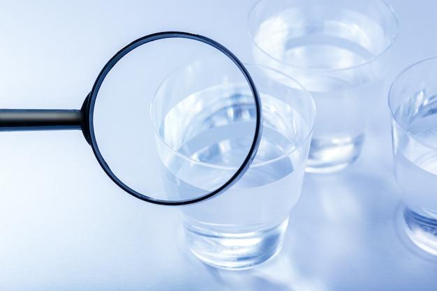テーブルの上の水でプラスチック製のコップ。環境問題のコンセプト