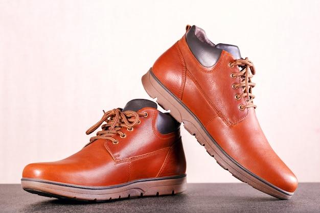 男性のための茶色の革の靴。メンズファッションのコンセプト。