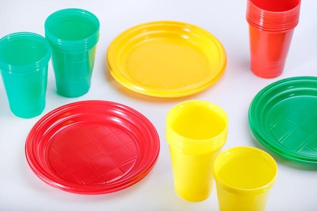 ピクニックのためのプラスチック皿のセット。