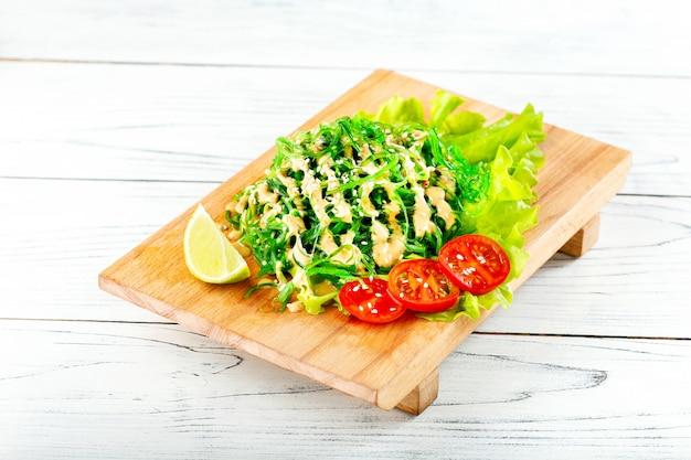 Чука салат на деревянной доске. традиционная японская кухня.