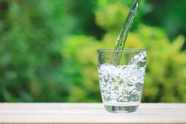 Крупным планом стакан воды