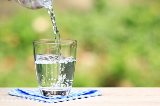 Крупным планом стакан воды на столе природы