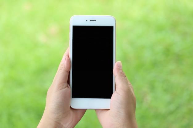 Женщина рука смартфон с пустой экран, концепция коммуникационных технологий