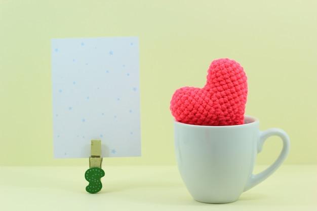 白いカップにハートとバレンタインデーの背景