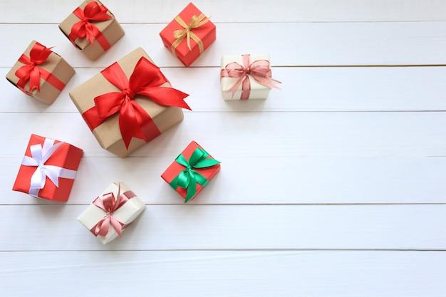 クリスマスと新年あけましておめでとうございますまたは菩薩の背景に挨拶シーズンのためのカラフルなギフトボックス