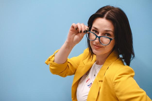 メガネと灰色の背景上驚いたの実業家。