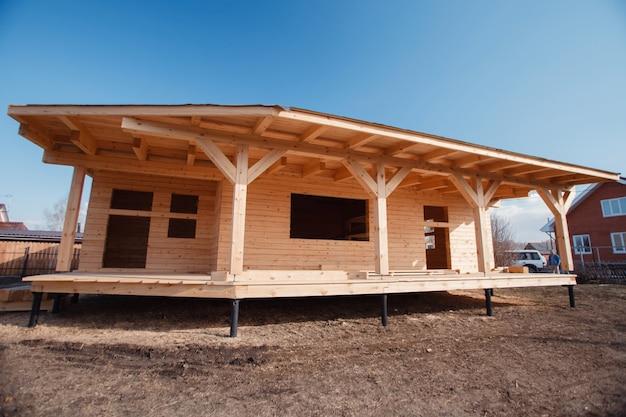 生態学的な木の家の建設。国の民家。インテリア。