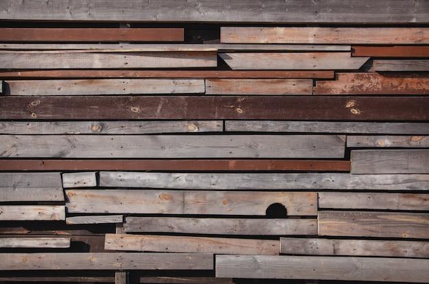 スリット付きの木の板の壁。