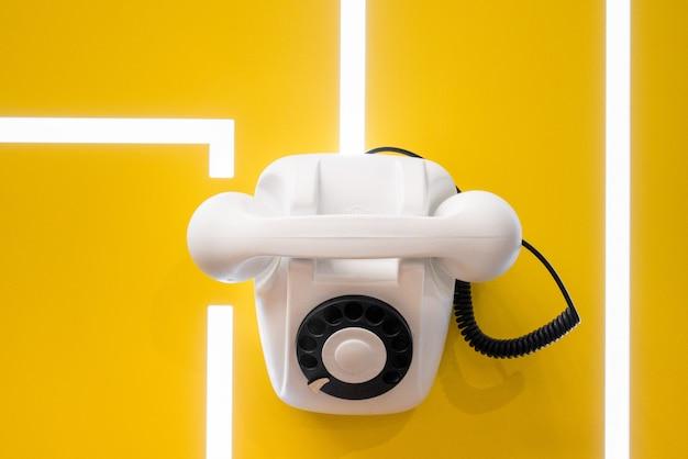 Белый винтажный телефон