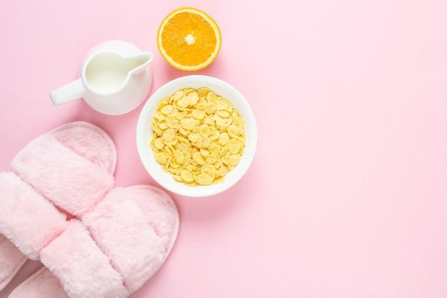 薄ピンクのフェイクファースリッパと飲料の組成