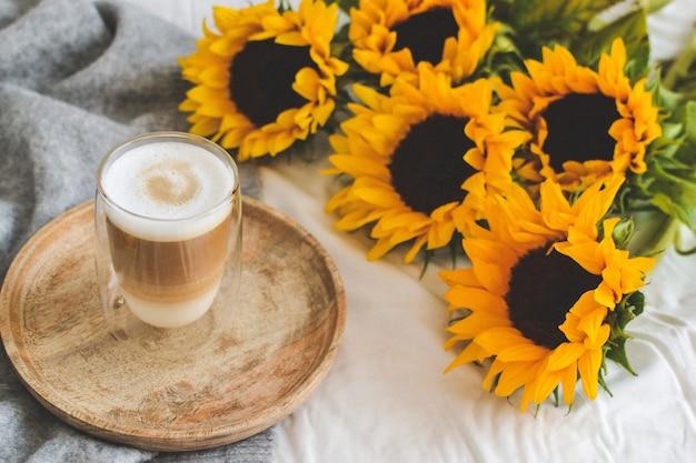 カプチーノ、ヒマワリ、寝室、朝のコンセプト、秋のカップ