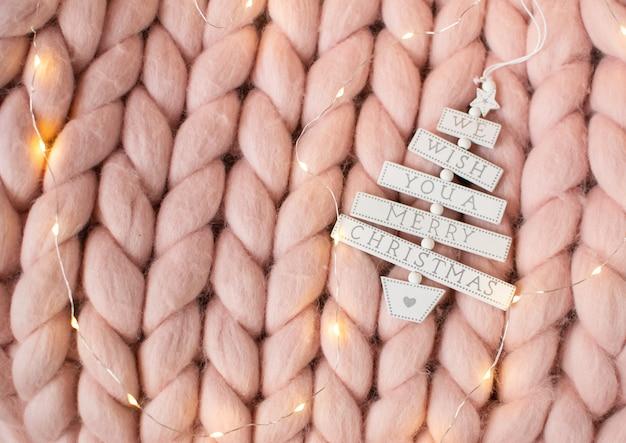 ピンクのパステルメリノウールの巨大な毛布、ジンジャーブレッド鹿、カプチーノとカップ、