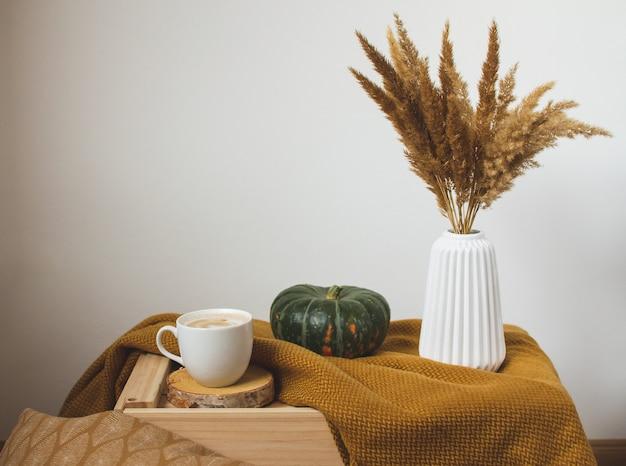 コーヒーの白いカップカプチーノイエローマスタード色の格子縞、寝室、秋