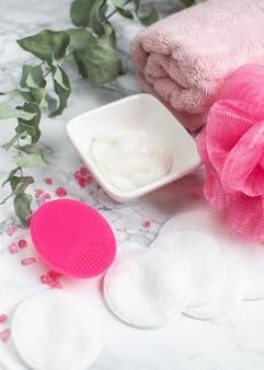 バスルームアクセサリーシリコンフェイスマッサージブラシタオルホワイトコットンウール化粧品クリームゲルスパコンセプトボディケアトップビュー