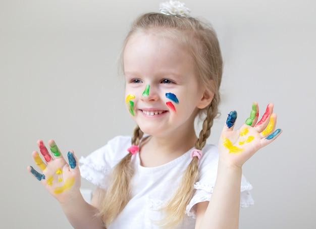 Кавказская маленькая девочка рисует красочными руками рисует дома раннее образование подготовка к школе дошкольное развитие детская игра